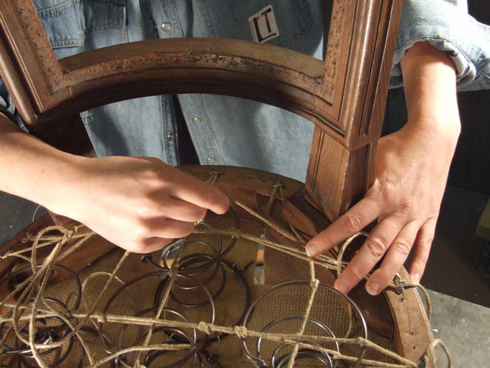 Tapisserie-Restauration-de-siege_cours-stage-apprendre-guindage-garnissage-fauteuil-refaire_L-Etablisienne-Paris-960x600